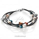 Bransoletka - sznur kolorowych pereł.
