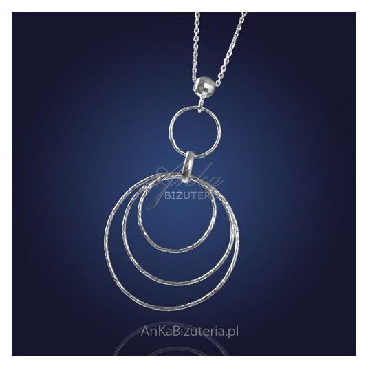 """Ukoronowanie nowoczesności i klasyki - komplet biżuterii: """"srebrne koła""""."""
