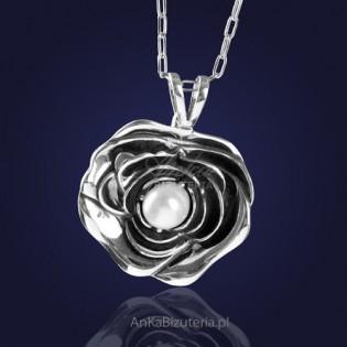 "Biżuteria Wisiorek srebrny: ""SUMMER SONG"" - piękna biała perła otulona płatkami róży."