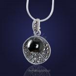 Biżuteria. Casualowy srebrny wisior z onyksem i markazytami.