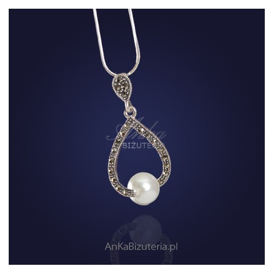 Srebrny wisiorek z markazytami i masą perłową.