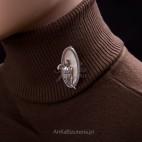 """""""Lata dwudzieste - lata trzydzieste"""" - broszka z markazytami na masie perłowej z wizerunkiem kobiety."""