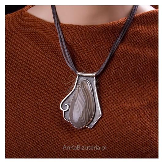 Przepiękny, niegroteskowy, unikatowy wisior z krzemieniem pasiastym ze srebra.