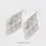 Ażurowe kolczyki srebrne w kształcie luźno poruszających się listków.