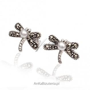 Ważki srebrne - kolczyki z śnieżnobiałą perełką i markazytami