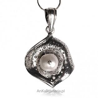 Catherine -wisiorek srebrny oksydowany z perłą