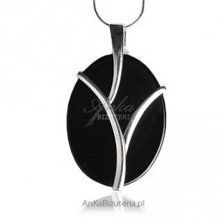 Wisior srebrny owalny z onyxem - ponadczasowa elegancja.