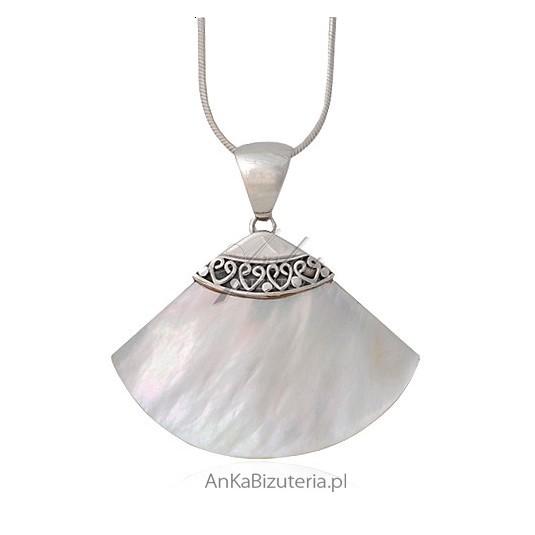 Wisiorek ze srebra najwyższej jakości oraz białej muszelki