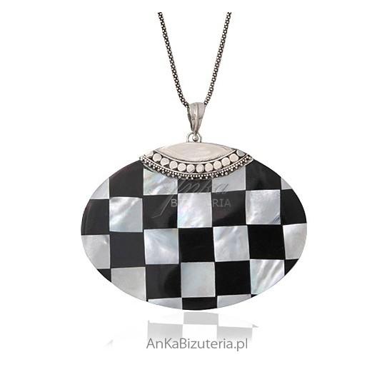 Kontrastowy duży wisior z muszli i oksydowanego srebra - szachownica.