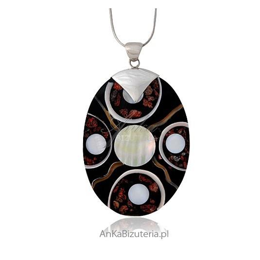 Owalny wisior z muszli wykończonej dodatkami z najwyższej jakości srebra.