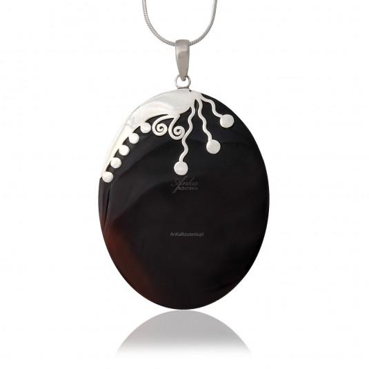 Wisior z ciemnej bordowej muszli i oksydowanego srebra