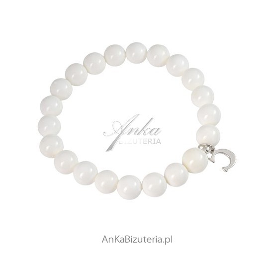 Bransoletka z masy perłowej i srebrną przywieszką - biżuteria, którą kochają celebrytki!