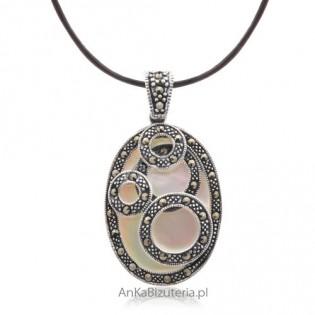 Zawieszka srebrna z markazytami na masie perłowej