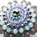 Bogato zdobiony naszyjnik z kryształów.